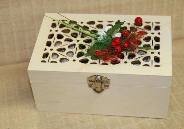 Ornament-Holzkiste mit 3x 125g Honig, saisonal geschmückt