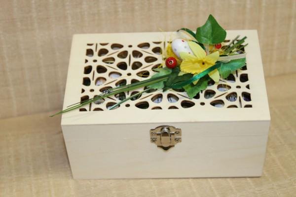 Ornament-Holzkiste mit 3x 125g Honig, mit Osterschmuck